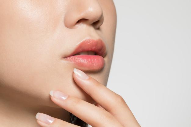 Luonnollista volyymia täyteainehoidolla huuliin